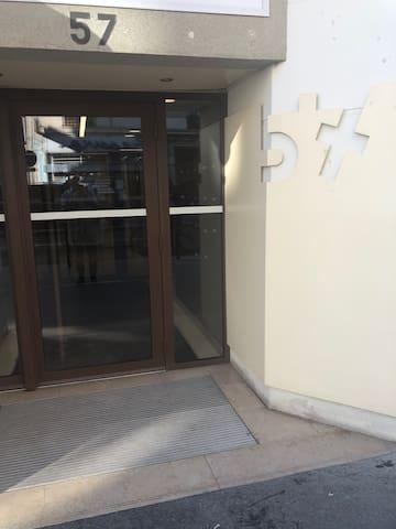 Entrée de l'immeuble sécurisé avec digicode