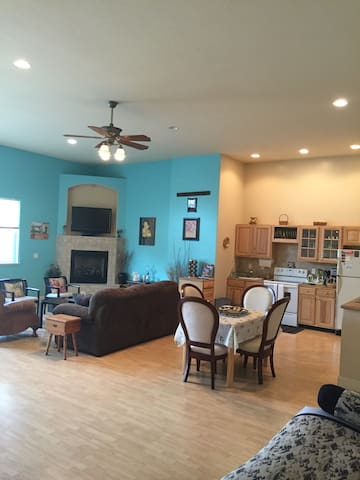 Grand Guest House-Sleeps 10 in Reno - Reno - Hus