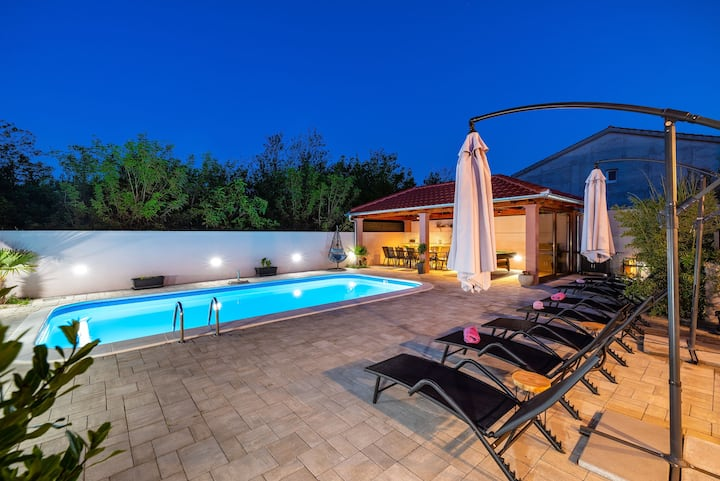 Luxurious  Villa with heated Pool for 12 people