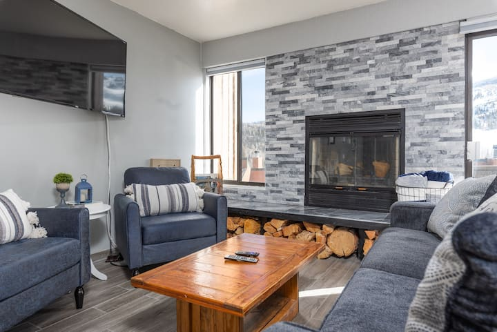 Ridges A2- 2Bd / 2 Ba, Sleeps 7, mountain views, wood burning fireplace