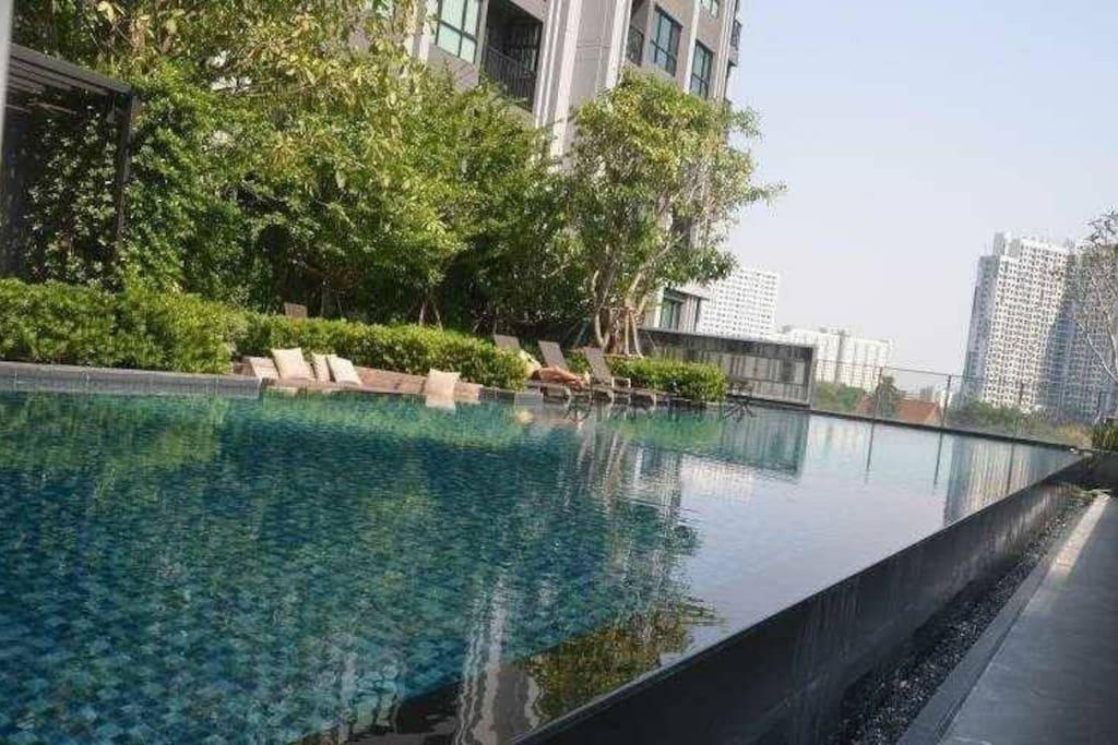 免费超大露天空中泳池