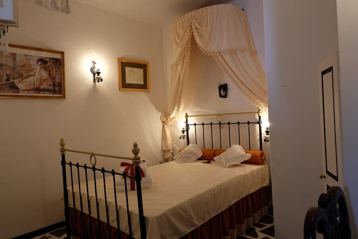 Cozy room with private bathroom in Tinos town.