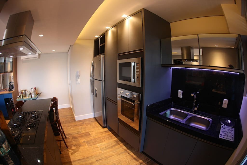 Destaque ao projeto da cozinha e eletrodomésticos: micro-ondas e frona elétrico embutido, coifa tipo ilha