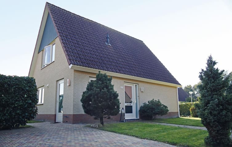 Holiday cottage with 3 bedrooms on 142 m² in Schoonloo