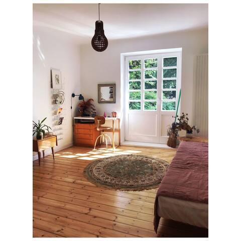 Gemütliches Zimmer mit Parkblick