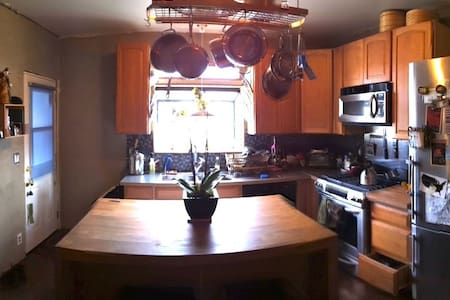 Lovely & bright 2BR house w/garden in Emeryville - โอ๊คแลนด์