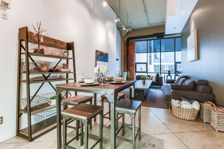 Stunning Downtown Loft close to Ice District