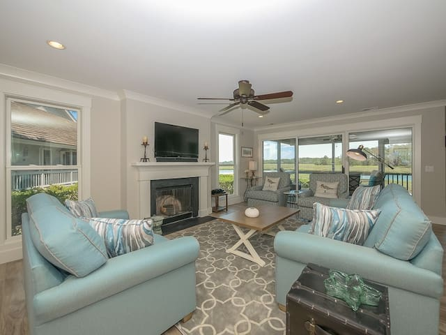 Beautiful newly renovated townhouse right on the water