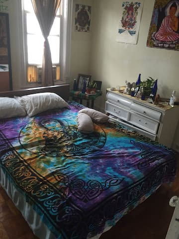 Charming Cozy sunny 1 bedroom wood fl! Good closet