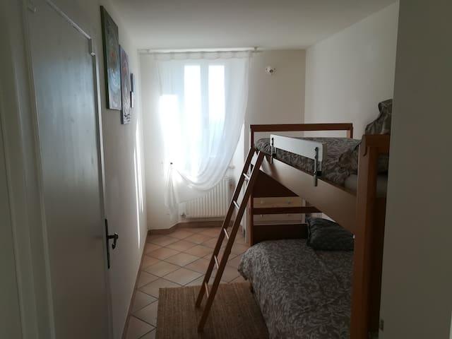Camera doppia con letti a castello