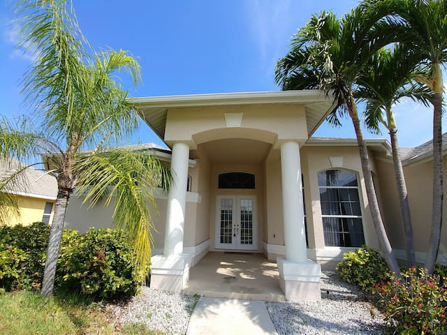 Room in Gorgeous Canal Home with Pool & Kayaks - Cape Coral - Huis