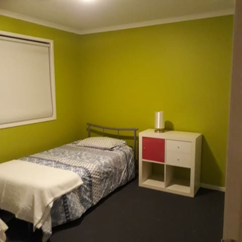 Newly listed room mod home incl wifi. Shops nearby