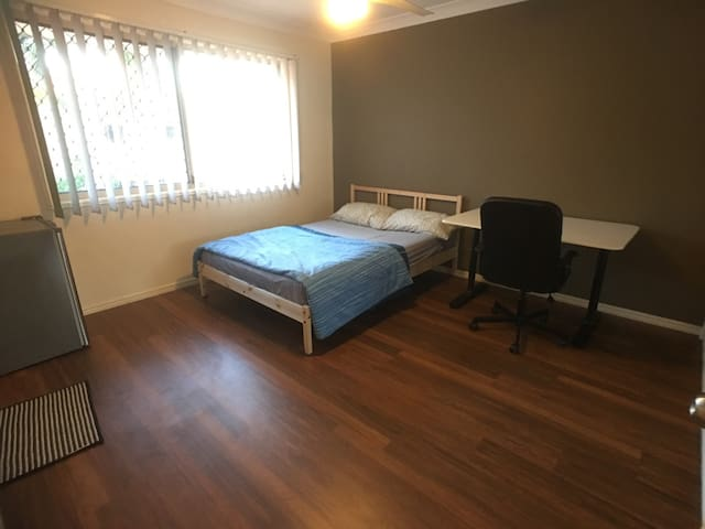 Cozy private bedroom with ensuite - Sunnybank Hills