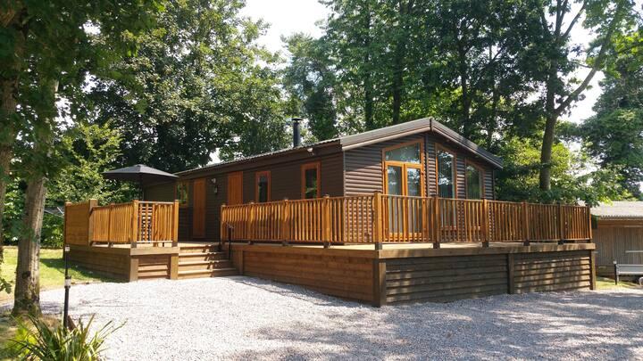 Oak Woodland Lodge with Fishing Lake