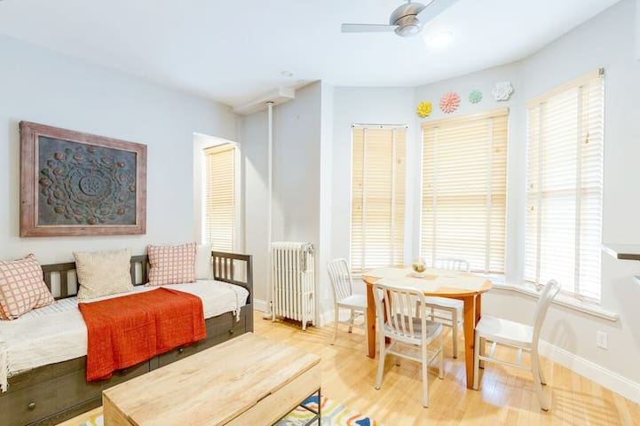 Family&Business Friendly Historic 1-bd in Backbay