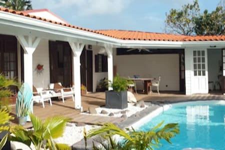 Maison bord de mer, piscine privée, plages à 500m