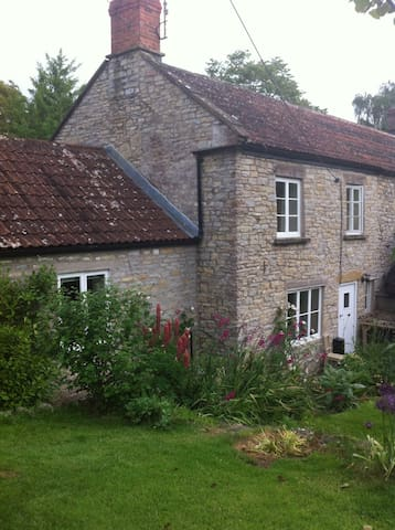 Pretty cottage in conservation area