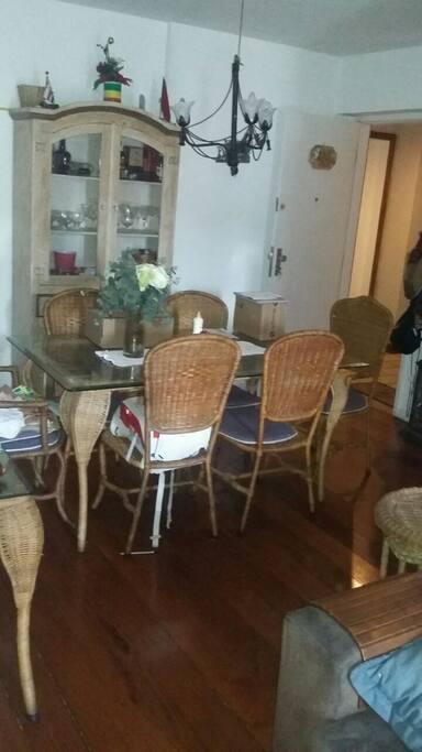 Mesa de jantar  na sala de estar