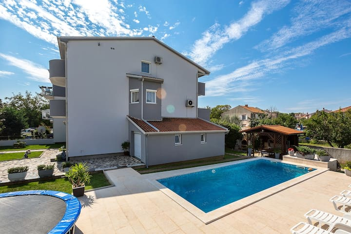 Stojak V apartment with pool, grill, WiFi