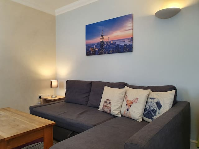 Modern 1 Bed in Old Town. Ideal for Food & Drink!