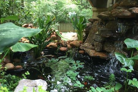 Creekside Hot Tub Retreat in Athens Close to UGA! - Athens