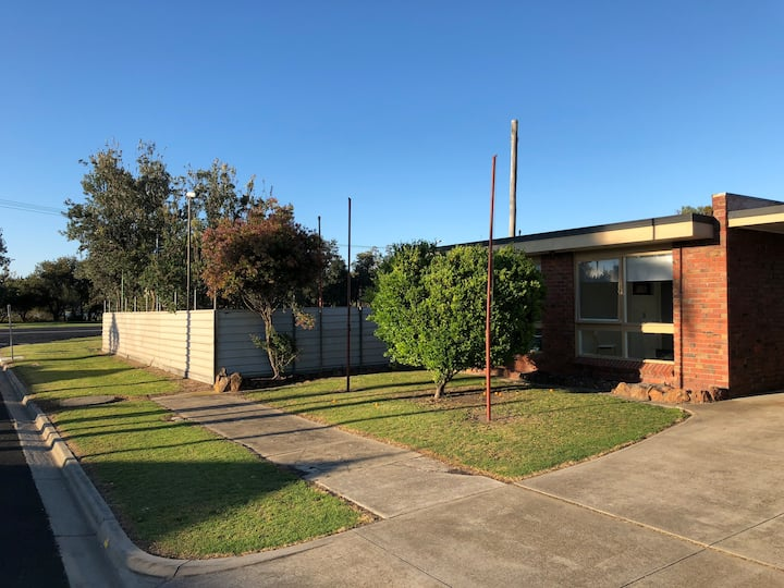 Lakes Entrance newly refurbished- in town unit