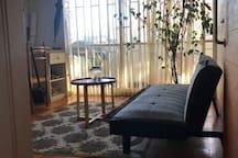 Dormitorio, cuenta con una cama matrimonial, escritorio, tv cable, wifi, salida a terraza de apartamento.
