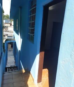 Casa 3 comodos,cozinha,sala quarto e banheiro.