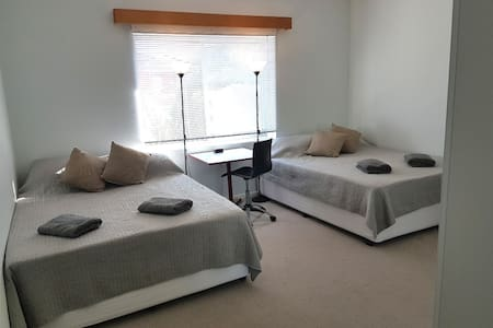 60s Retro has 4 Queens (3 BR) NBN & Offstreet Park - Queanbeyan - Ev
