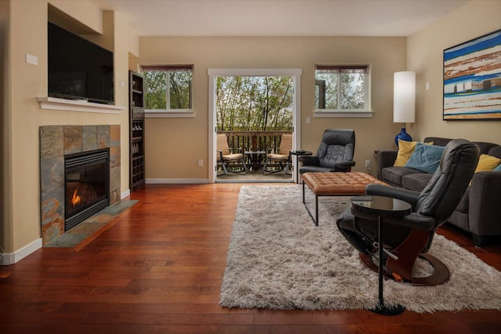 Modern Townhome With Open Floor Plan and Pool Table Near Washington Square, 8.5 miles to Downtown