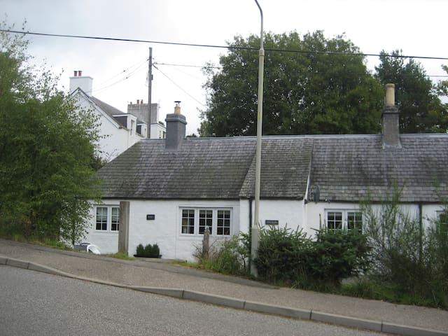 Monty's Cottage - 2 bedroom cottage at Loch Ness