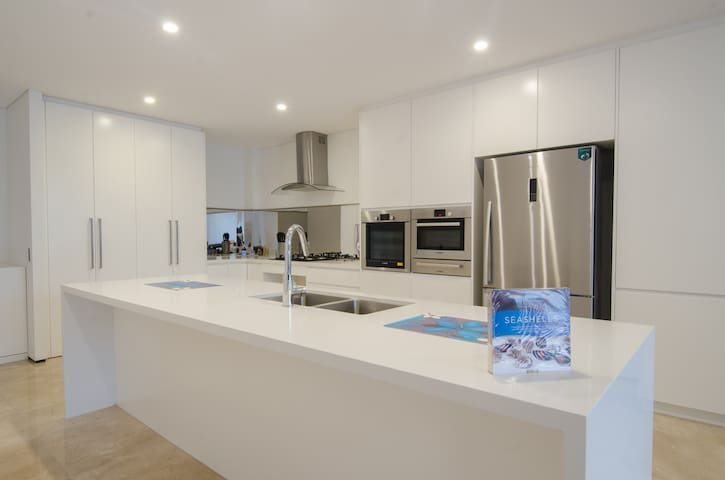 Kiama Seaside Getaway - luxury 2 bedroom apartment