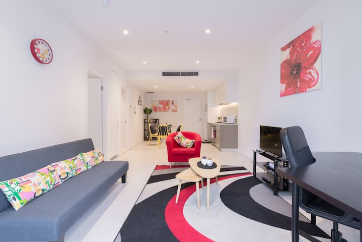 Ther-Rich Stunning 1BR CBD Apartment with balcony