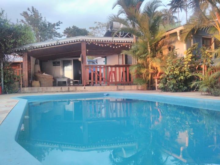 Studio vue mer et montagne avec piscine
