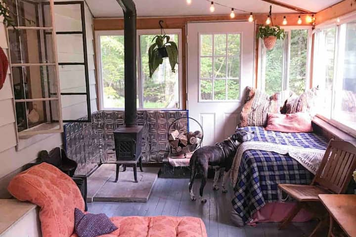 Eco Friendly Woodstock Getaway w/Chickens
