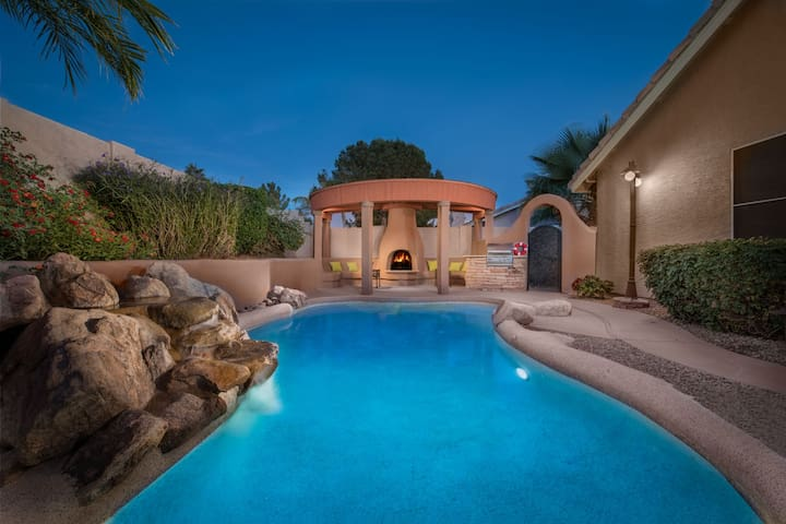 Private Oasis W/Putting Green, Pool,Fireplace, BBQ