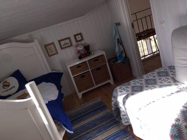 Barnrum med växasäng samt 80 cm säng