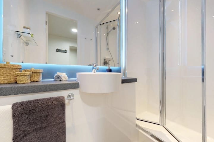 Student Only Property: Functional Classic Plus Ensuite - 12 months/10%OFF