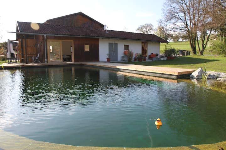 Modernes Gästehaus direkt am Badeteich