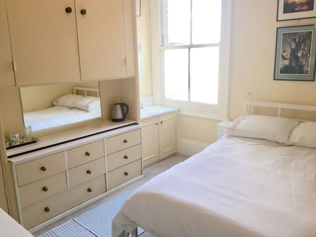 Lovely Sunny Room in Central Parsons Green, Fulham