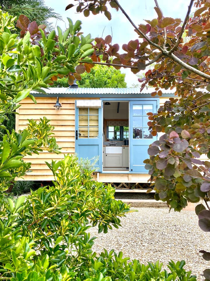Romantic Lavender Shepherd's Hut+Hot Tub near Bath
