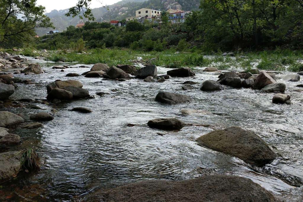 贯穿村庄的河流