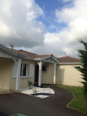 A 15 mn de Bordeaux maison pour 4/6 pers.piscine - Montussan - 獨棟