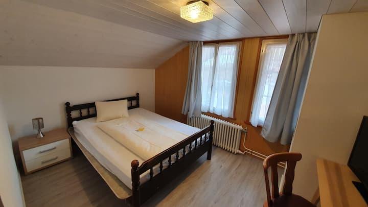 Wir habe ein einfaches aber preisgünstiges Zimmer.