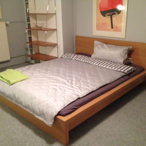 Komfortabel und hübsch eingerichtetes Zimmer - Liederbach am Taunus - Huis