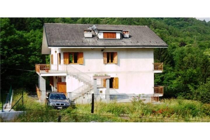 Casa di montagna divisa in 3 alloggi.