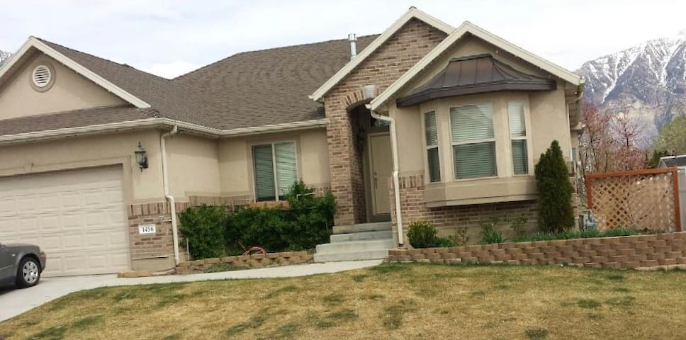 Very Nice Queen room located in North East Orem,