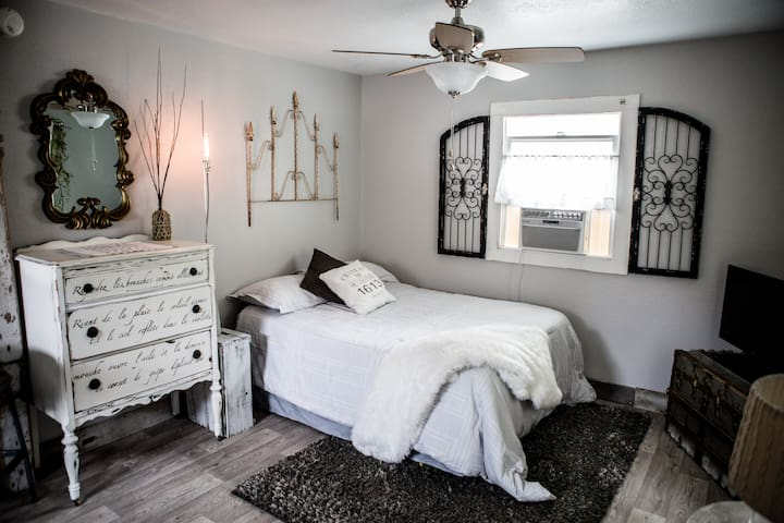 Eclectic urban downtown cottage - Medford - Hospedaria