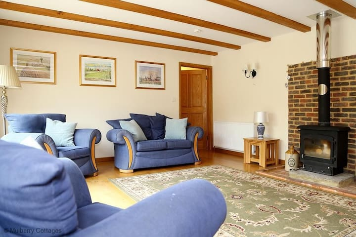 Cowslip Cottage Sleeps 4,  provides family and friends a taste of the country life within a tranquil setting. - Brook - Hus