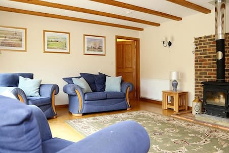 Cowslip Cottage Sleeps 4,  provides family and friends a taste of the country life within a tranquil setting. - Brook - 独立屋
